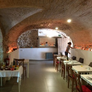 De ontbijtzaal in de oude graandschuur bij Can Clotas - Crema Catalana - blog over Spanje