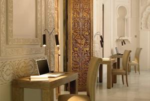 Prachtig snij- en stukwerk in Hospes Hotel Palacio del Bailío - Crema Catalana - blog over reizen, beleven, eten en logeren in Spanje