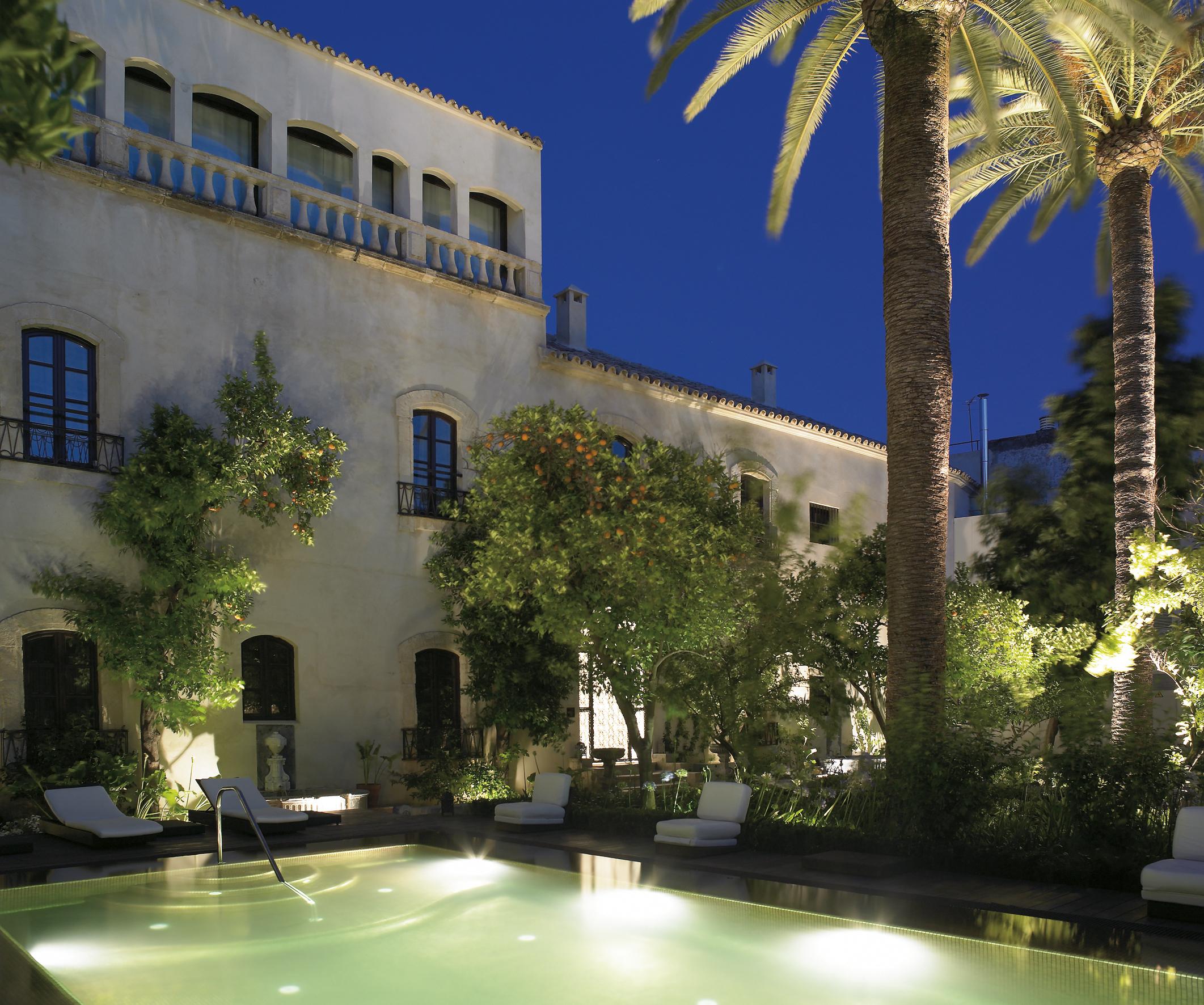 Zwembad in de avond van Hospes Palacio del Bailío - Crema Catalana - blog over reizen, beleven, eten en logeren in Spanje